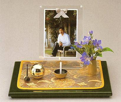 モダンに遺影を飾る 偲セット 萌(もえ) キャビネサイズの写真