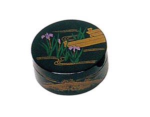 春・菖蒲(しょうぶ) 木質ワンタッチ式塗香合 2.7寸[黒塗][紙箱入]の写真